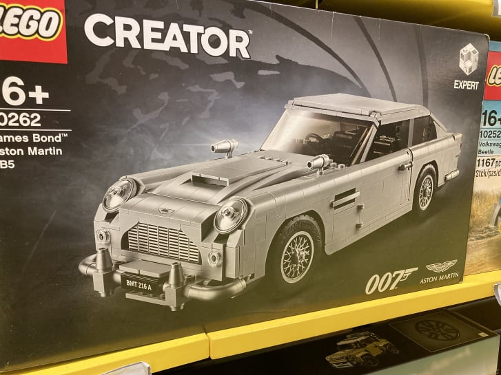 LEGO James Bond Aston Martin diletakkan di rak toko Hong Kong.