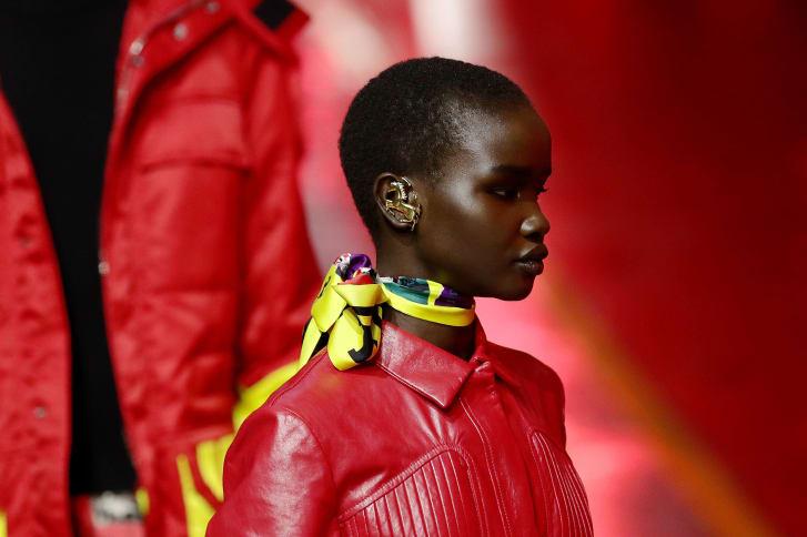 Seorang model berjalan di landasan pacu di Pabrik Ferrari di Maranello, Italia, pada hari Minggu