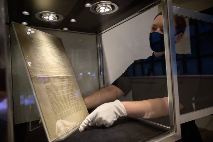 Një faqe e shtypjes së parë të Kushtetutës së Shteteve të Bashkuara shfaqet në zyrat e shtëpisë së ankandeve Sotheby's në Nju Jork më 17 shtator 2021.