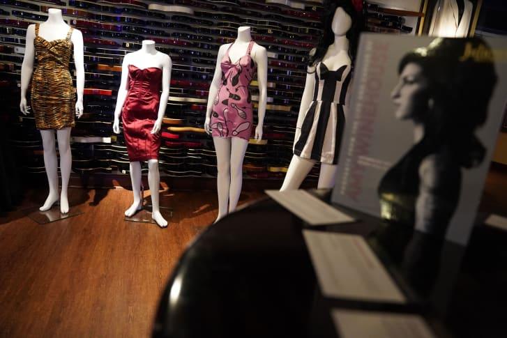 """Një përzgjedhje e veshjeve të Amy Winehouse, siç u pa gjatë ekspozitës publike të """"Property From The Life And Career Of Amy Winehouse"""" nga Julien's Auctions."""