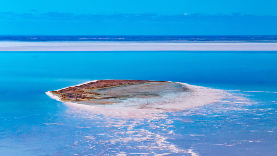Island-on-Kati-Thanda-Lake-Eyre-with-wrightsair-(1)