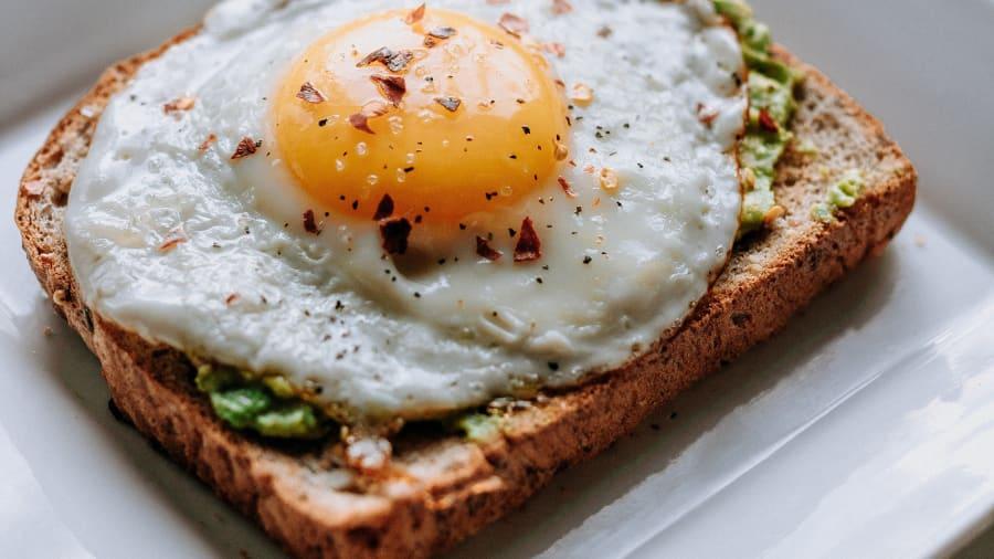 Австрали: Авакода, шарсан өндөгтэй талх