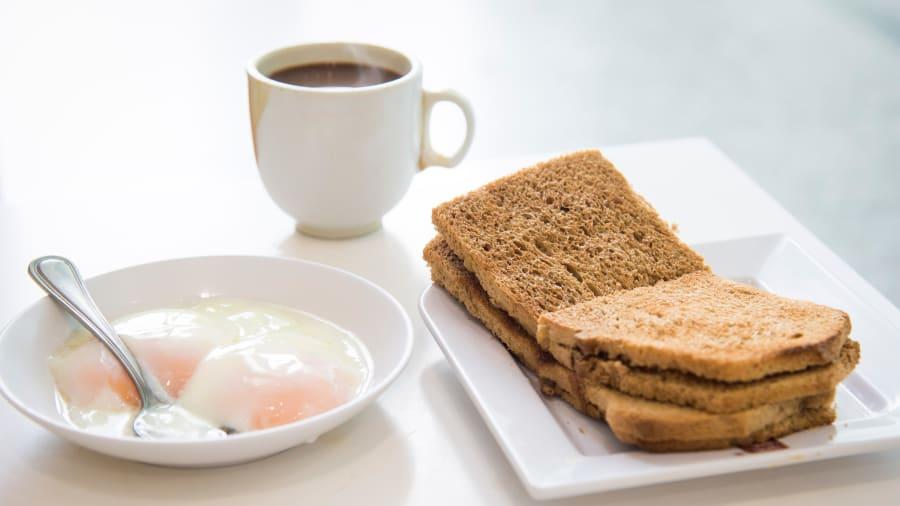 Сингапур: Шарсан талх, өндөг, наргил модны самрын сүү