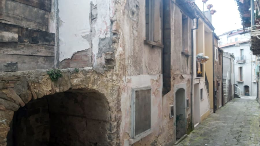 Italian-town-sells-€1-houses-with-no-deposit-required---abandoned-home