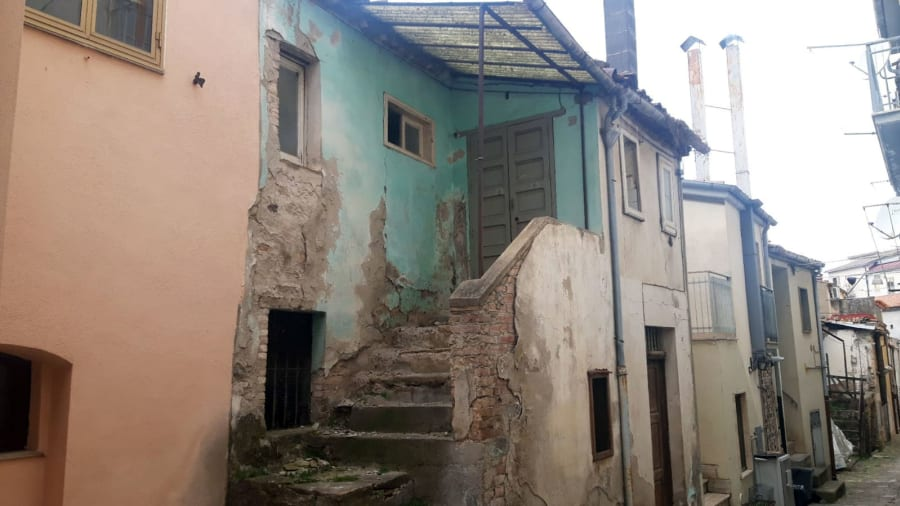 Italian-town-sells-€1-houses-with-no-deposit-required---abandoned-homes