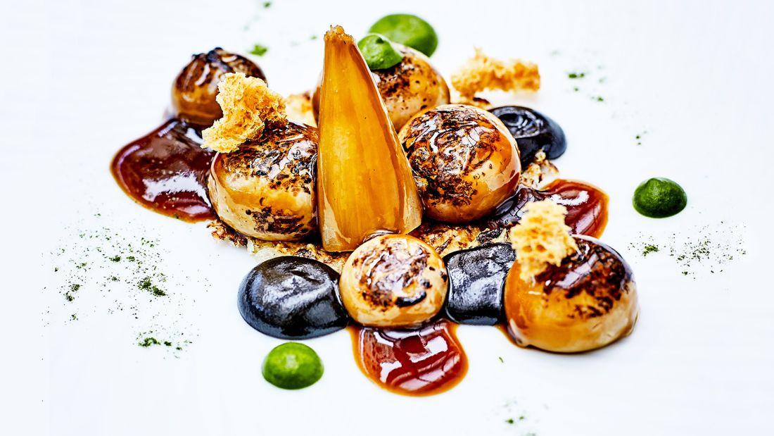 Paris dish dining room le cinq Gratinée D'Oignons à la Parisienne