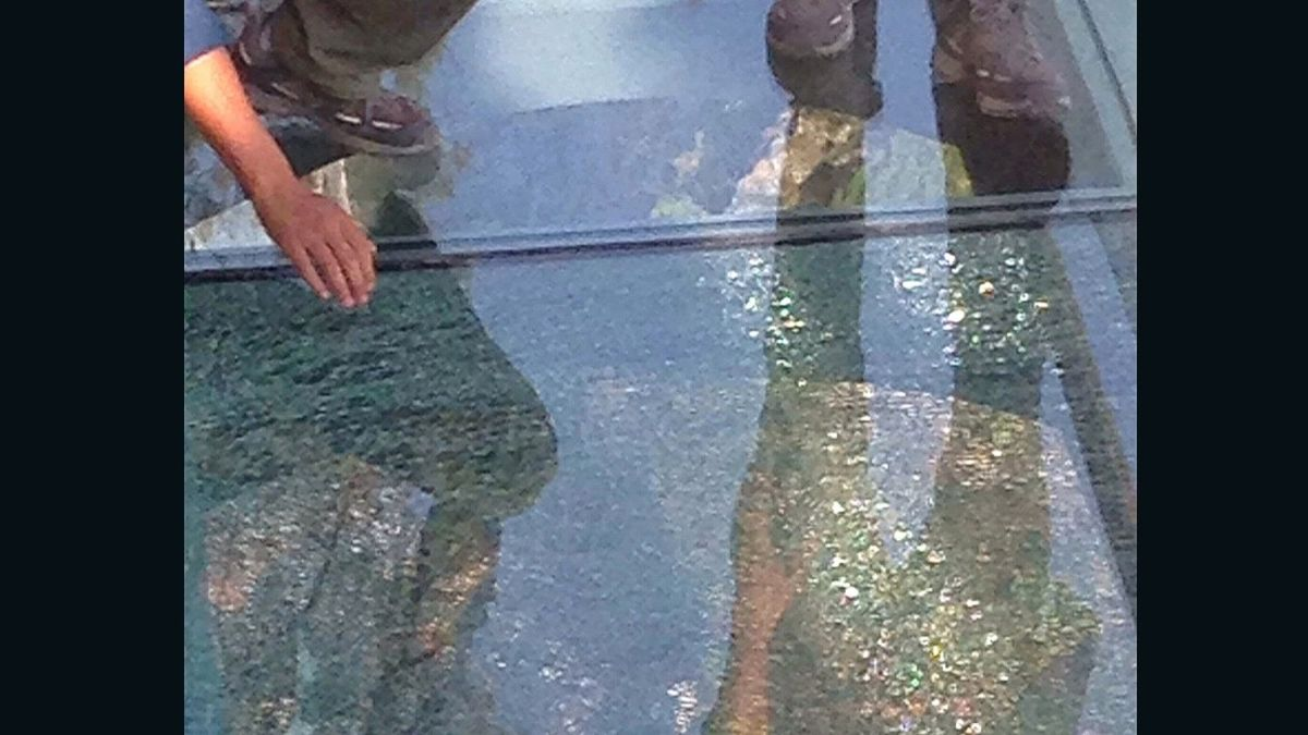 Cracks appear on China's new Yuntaishan glass walkway