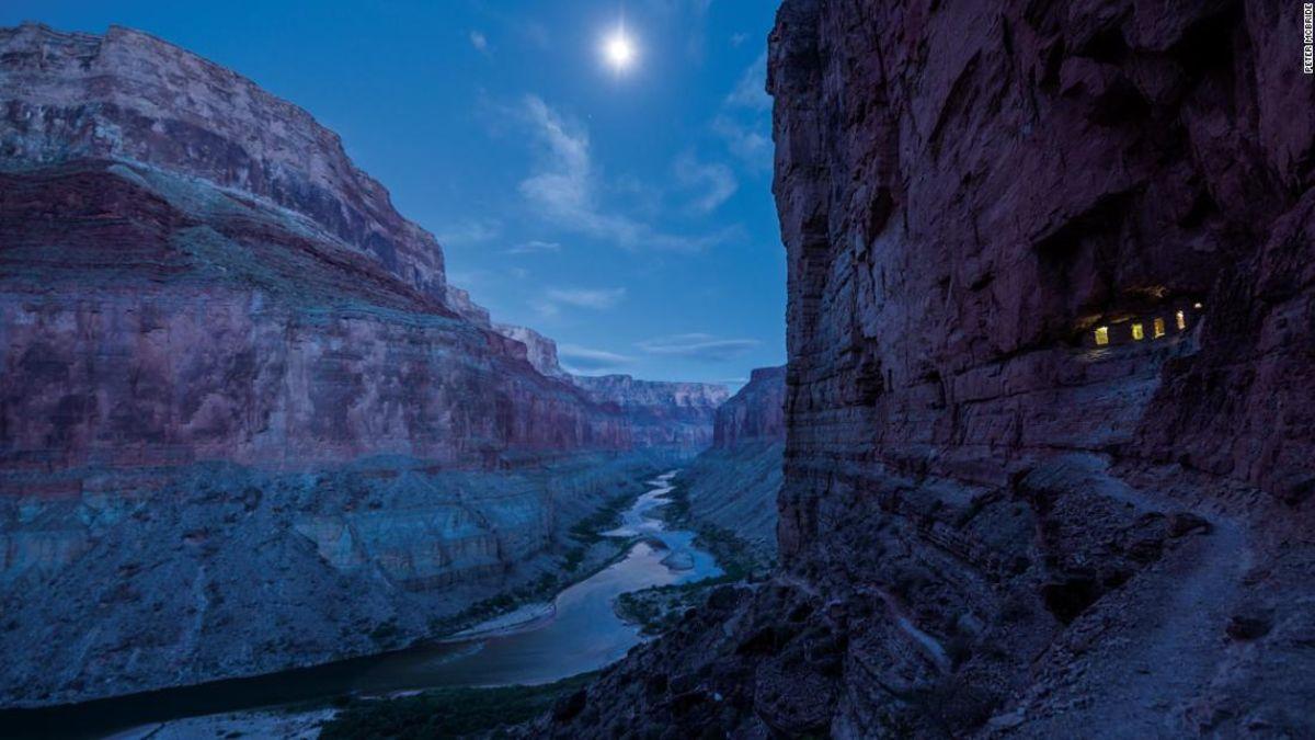 Als Grand Canyon National Park dreht 100, zwei Freunde, die Wanderung über die gesamte Länge, um es zu speichern