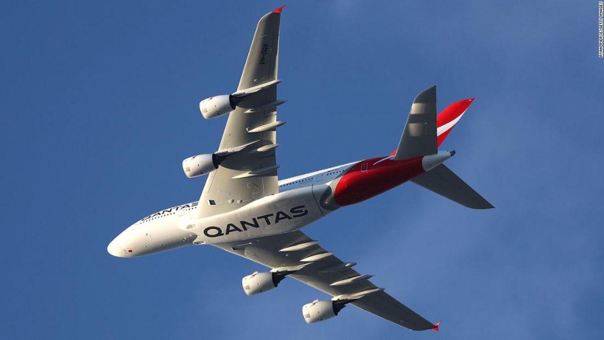 Qantas-Flug wendet sich wieder nach Reifen explodiert in der Luft