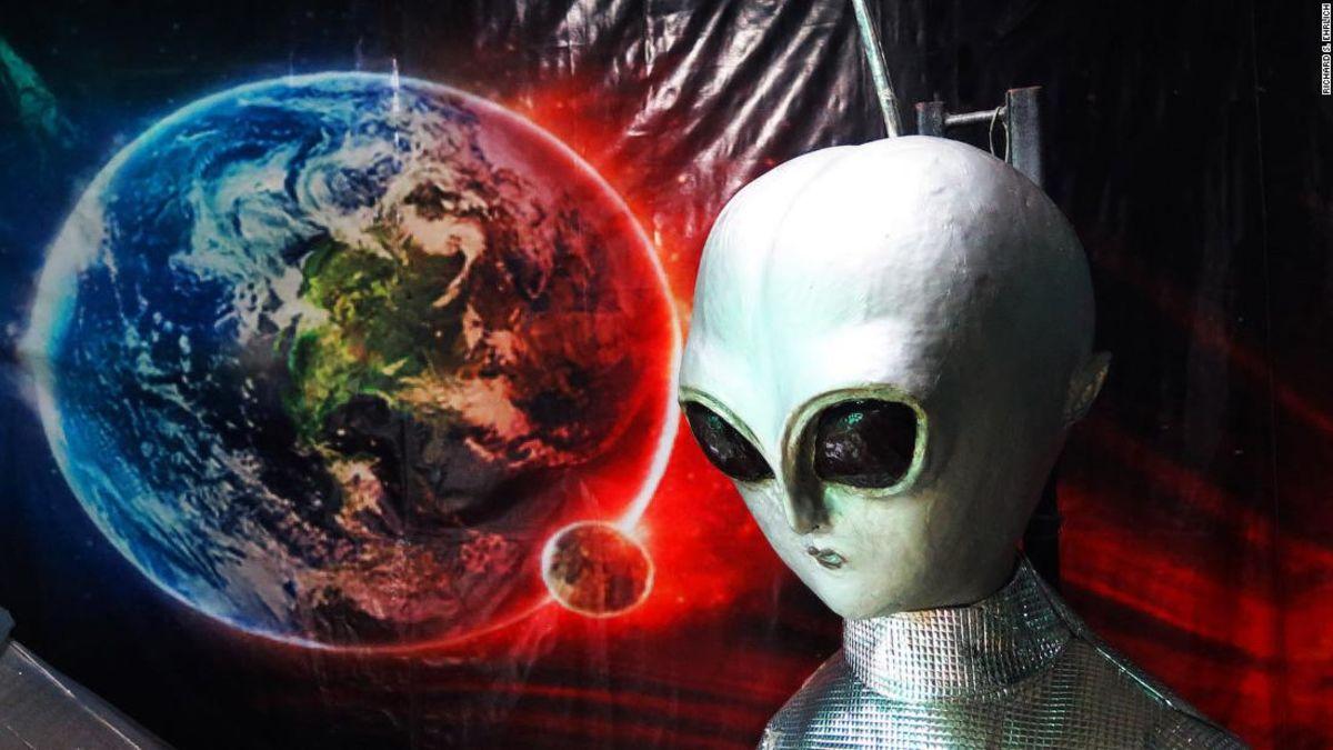 UFO pencari berduyun-duyun ke sebuah remote puncak bukit untuk mencari alien
