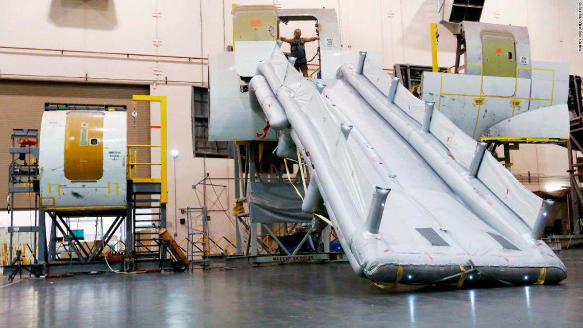 FAA untuk menguji apakah selebaran dapat mengevakuasi aman karena orang-orang mendapatkan lebih besar dan mendapatkan kursi yang lebih kecil