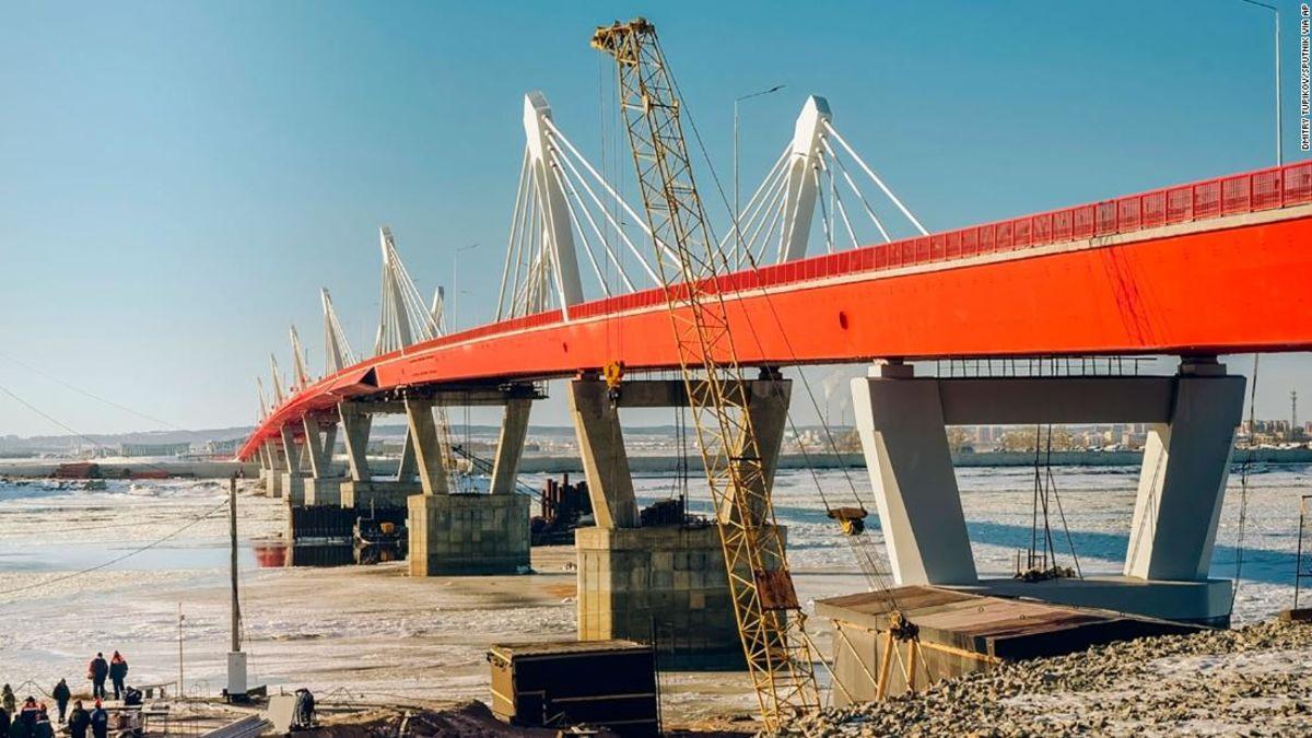 Russia and China complete border crossing bridge