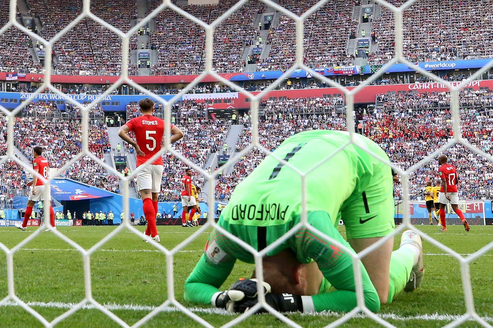 حارس المنتخب الانجليزي بعد الهدف الأول في شباكه بأقدام المنتخب البلجيكي