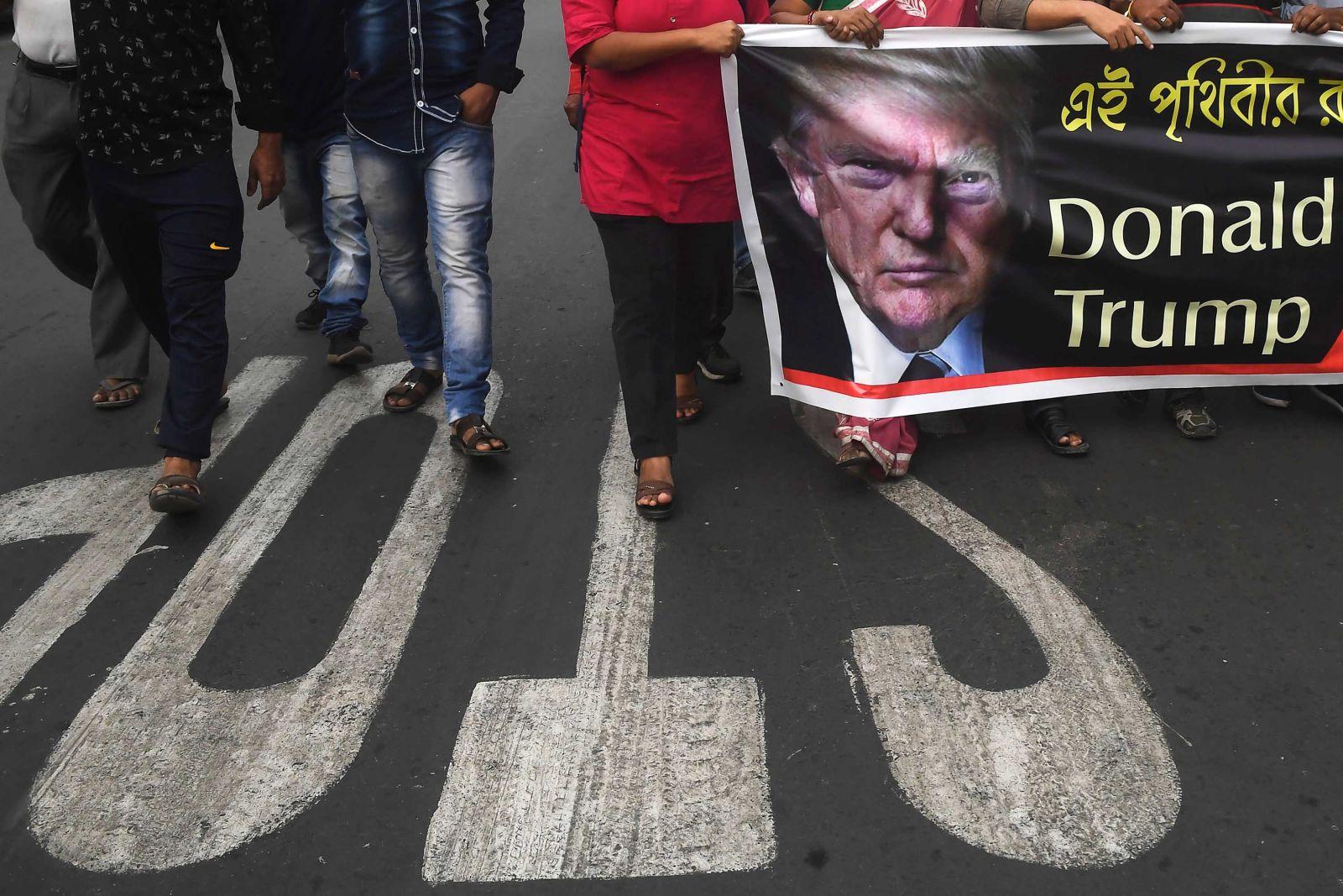 https://dynaimage.cdn.cnn.com/cnn/w_1600/https%3A%2F%2Fcdn.cnn.com%2Fcnnnext%2Fdam%2Fassets%2F200224165833-01-trump-protest-india-0224-kolkata.jpg