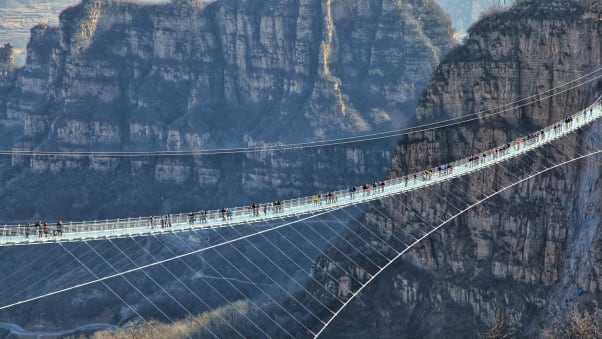 Jambatan kaca terpanjang dunia (World's longest glass bridge)