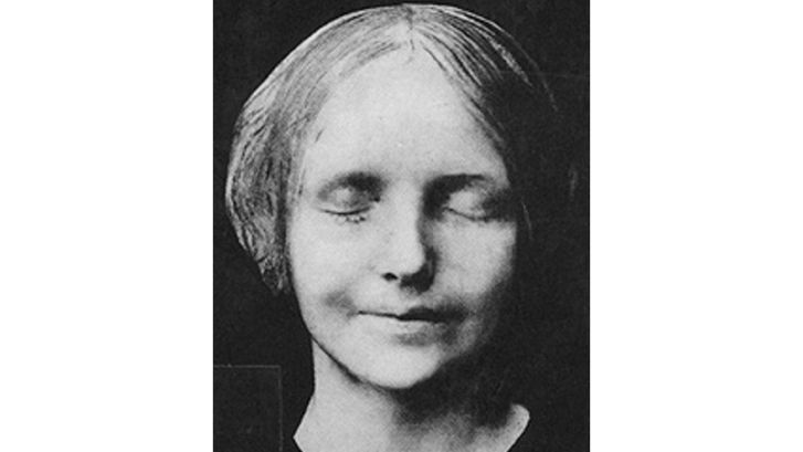 The story of the famous death mask of L'inconnue de la Seine was that her body was retrieved from the river Seine in Paris in the 1870s or 1880s . She'd apparently drowned herself. An attendant at the morgue was apparently so moved by her beauty and youth that he ordered a plaster mold of her face.